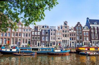 Póster Hermosa vista de los canales de Amsterdam con el puente y típico holandés