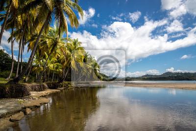 Hermoso día de cielo azul con un mar azul y arena vacía. Playa Samara, Costa Rica, América Central.