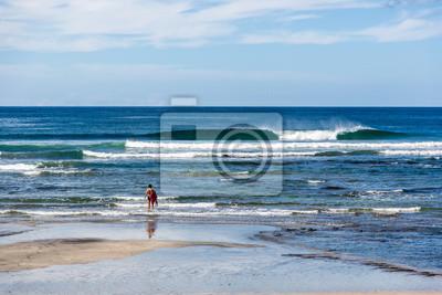 Hermoso mar azul en un día soleado en Costa Rica playas del norte, América Central