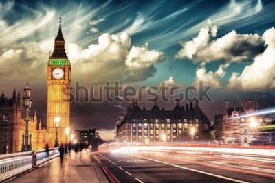 Póster Hermosos colores del Big Ben desde el puente de Westminster al atardecer - Londres.
