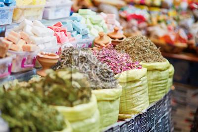 Hierbas y flores secas en un mercado tradicional marroquí