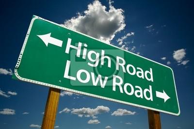 """""""High Road, Baja Road"""" señal de tráfico con las nubes y el cielo espectacular."""