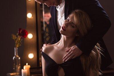 Póster Hombre acariciando a su amante