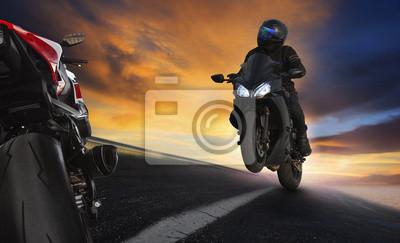 Hombre joven que monta la motocicleta en las carreteras de asfalto carretera con profes