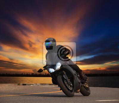 hombre joven que monta motocicleta grande moto inclinada curva en hi asfalto