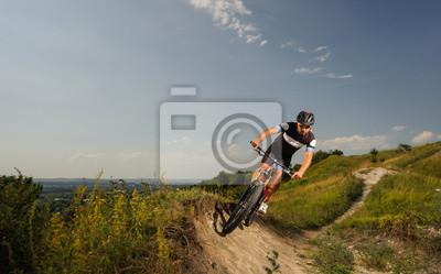 hombre joven que monta una bicicleta