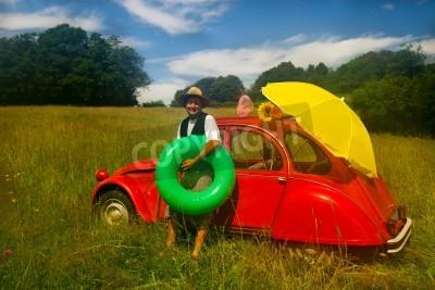 Póster Hombre típico francés va a la playa con su típico coche clásico