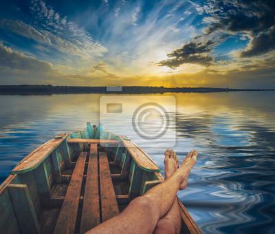 Hombres en fin de semana descansando en un barco