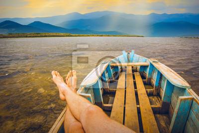 Hombres en un lago de montaña
