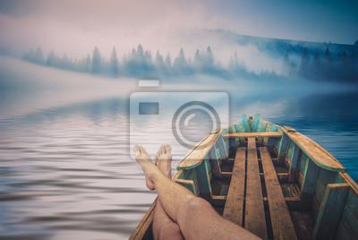 Hombres en un río brumoso