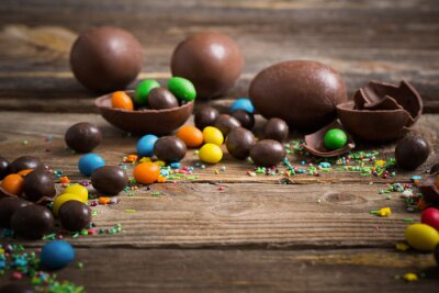 Póster Huevos de Pascua de chocolate sobre fondo de madera