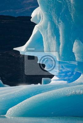 Icebergs en el lago de montaña en Argentina.