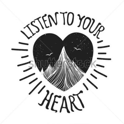 Póster Ilustración de vector con montañas dentro del corazón. Escucha a tu corazón - cita de letras. Cartel de la tipografía de motivación e inspiración con texto. Diseño de tarjetas de felicitación, impresi