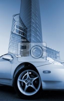 Imagen de un coche deportivo moderno en frente del edificio de oficinas