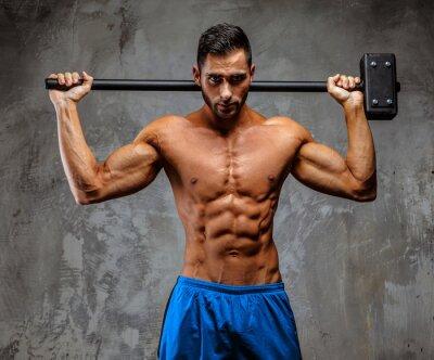 Póster Individuo muscular en pantalones cortos azules
