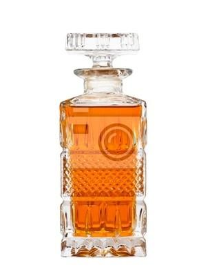 Jarra cristalina con el whisky aislados en blanco