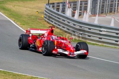 Póster JEREZ DE LA FRONTERA, ESPAÑA - 10 de octubre: Marc Gene de la Scuderia Ferrari F1 tomar una curva en la sesión de entrenamiento el 10 de octubre de 2006 en Jerez de la Frontera, España