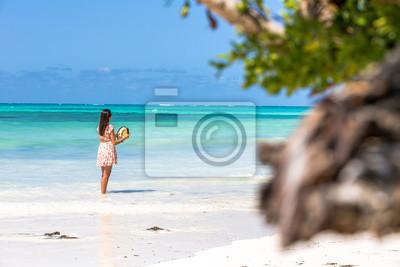 Joven disfrutando de una hermosa playa azul en Zanzíbar, Tanzania