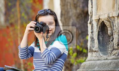Joven fotografiado en la ciudad vieja