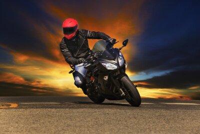 joven montado en motocicleta grande bicicleta en caminos de asfalto contra ser