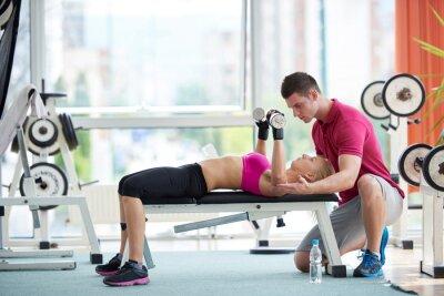Póster joven mujer deportivo con pesas ejercicio entrenador de elevación