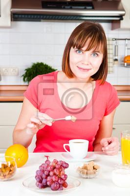 Joven mujer feliz con mucho azúcar