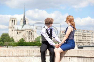 Joven pareja de turistas disfrutando de la vista de Notre Dame