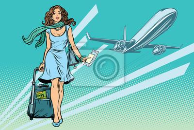 Joven y bella mujer con equipaje en el aeropuerto