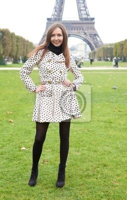 Joven y bella mujer en traje de lunares punto zanja cerca de la Torre Eiffel