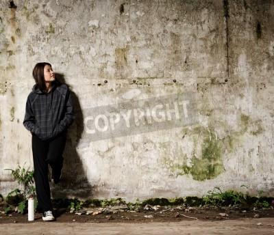 Póster Juventud planeando un mural de graffiti en una pared vacía vacante