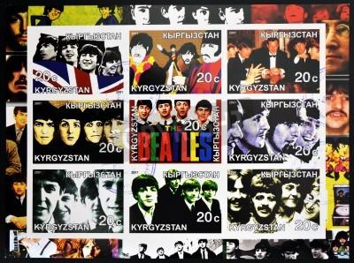 Póster KIRZIGUISTAN - CIRCA 2001 sellos de colección impresa en Kirziguistan muestra los Beatles, alrededor del año 2001