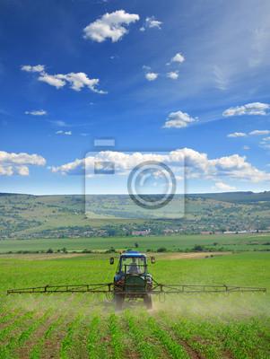 La agricultura ara y pulverización en campo vertical
