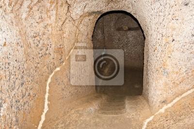 """La entrada a una tumba etrusca en """"Civita di Bagnoregio"""", Italia."""