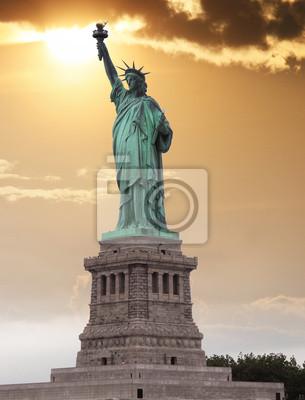 La Estatua de la Libertad, es una colosal escultura neoclásica en Li