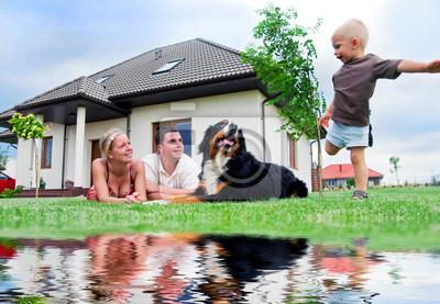 La familia y la casa feliz