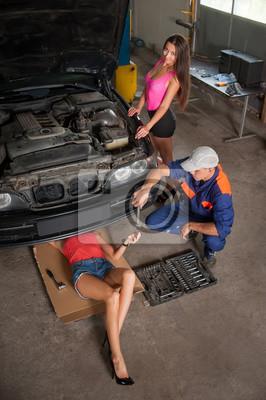 La fijación de coche en la tienda de reparación de automóviles