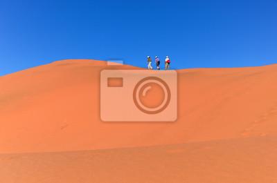 La gente que camina en la duna, desierto de Namib, viajando en Sudáfrica