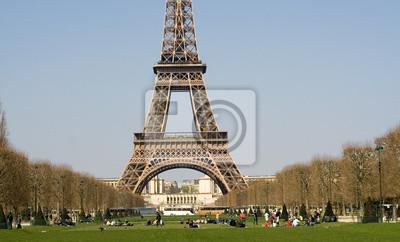 La gente se relaja en el Champ de Mars, cerca de la Torre Eiffel