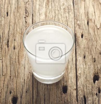 La leche fresca sobre fondo de madera vieja