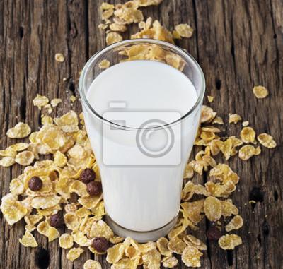 La leche fresca y copo de maíz en el fondo mesa de madera