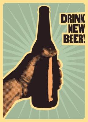 Póster La mano sostiene una botella de cerveza. Ilustración de vector retro.