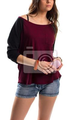 La muchacha sostiene la caja rosada de los vidrios. Bateau top y pantalones cortos jeans. Elegante combinación de colores. Sentirse cómodo y lucir bien.