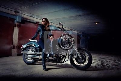 La mujer está sentada en la motocicleta