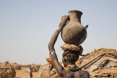 Póster La mujer lleva en su cabeza un recipiente con agua, Etiopía