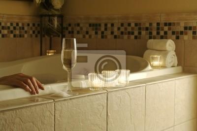 La mujer se relaja en un mosaico de mármol bañera.
