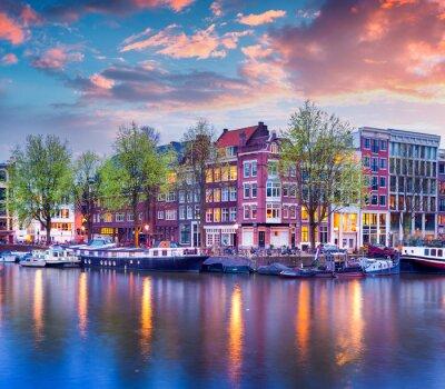Póster La puesta del sol de primavera colorido en los canales de Amsterdam