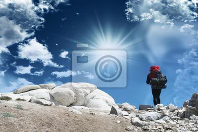 La subida en John Muir Trail con el cielo hermoso