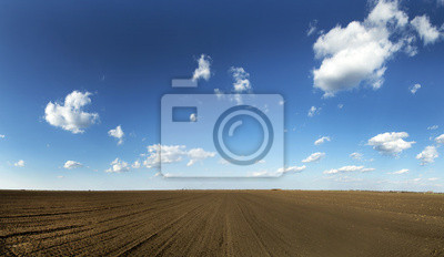 La tierra cultivable en el cielo azul, un disparo panorámico.