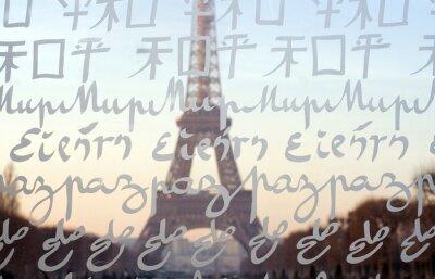 La Torre Eiffel vista a través del Muro de la Paz