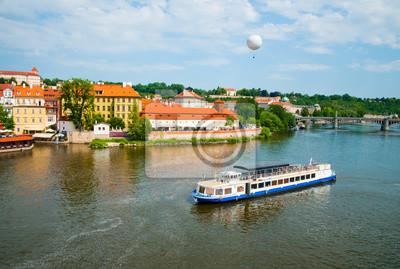 La vista en el verano Praga sobre el río Vltava
